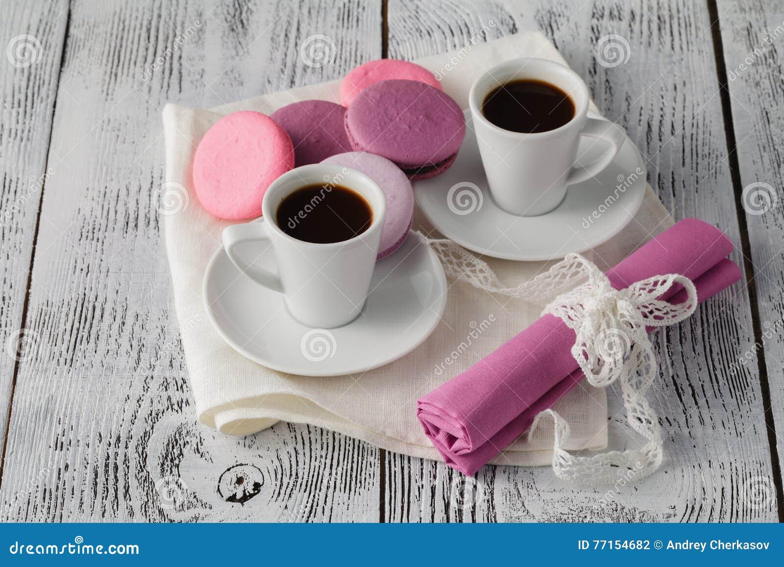 Deux tasses d expresso avec des macarons sur la table rustique