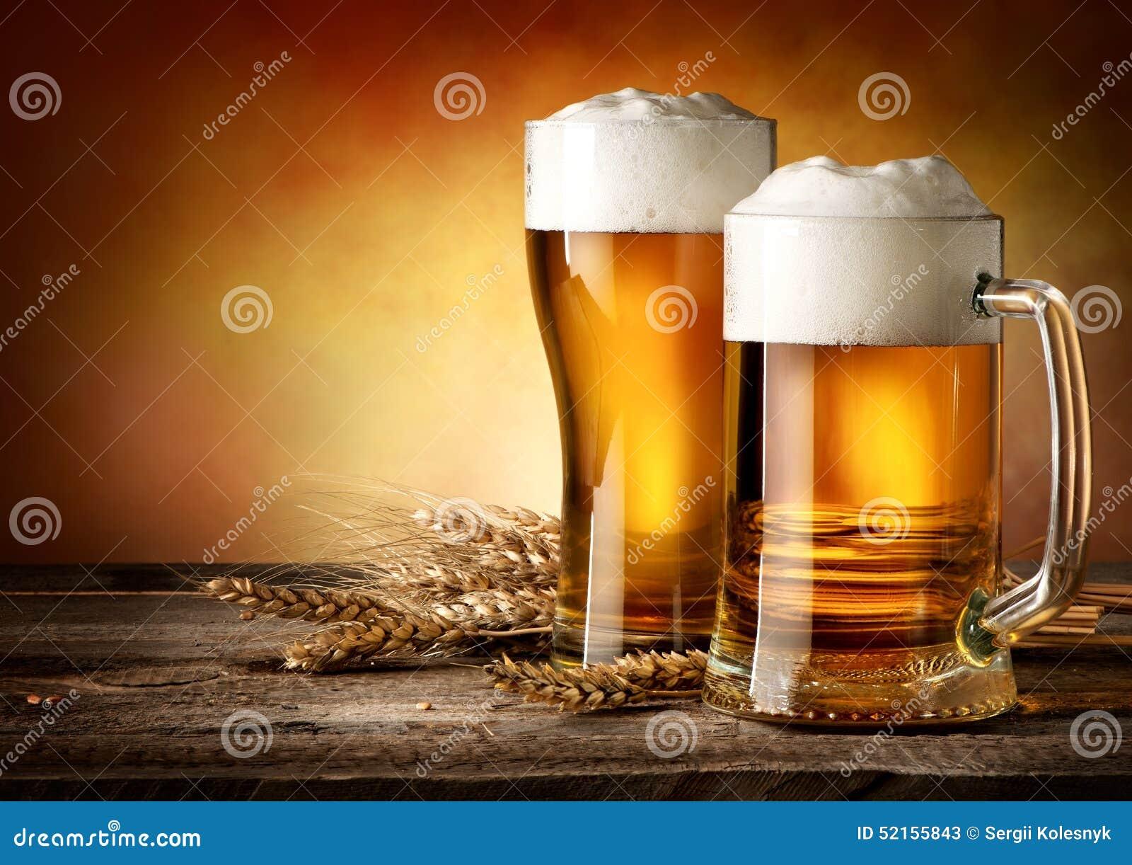 Deux tasses de bière