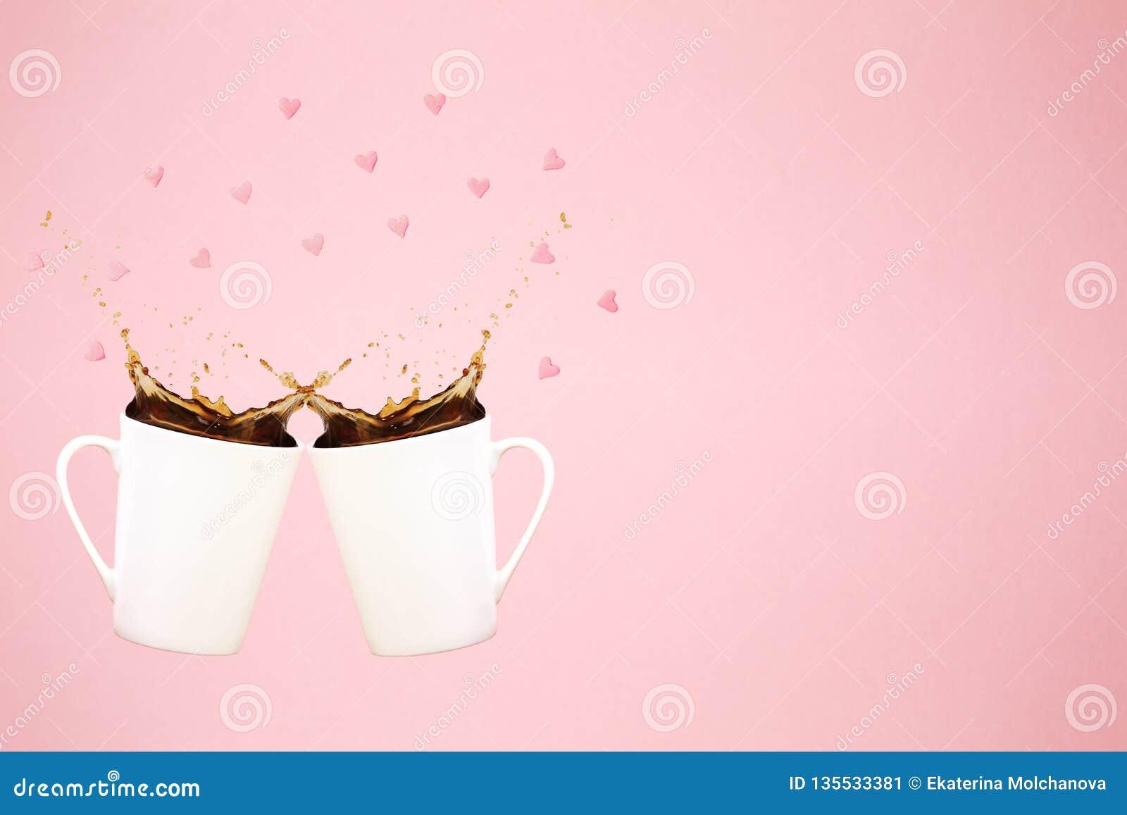 Deux tasses de café faisantes de la lévitation avec éclabousse et confettis de coeur images de concept de collections de café Ten