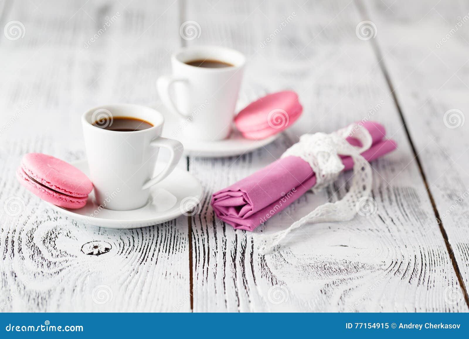 Deux tasses de café sur la table en bois chic minable en café