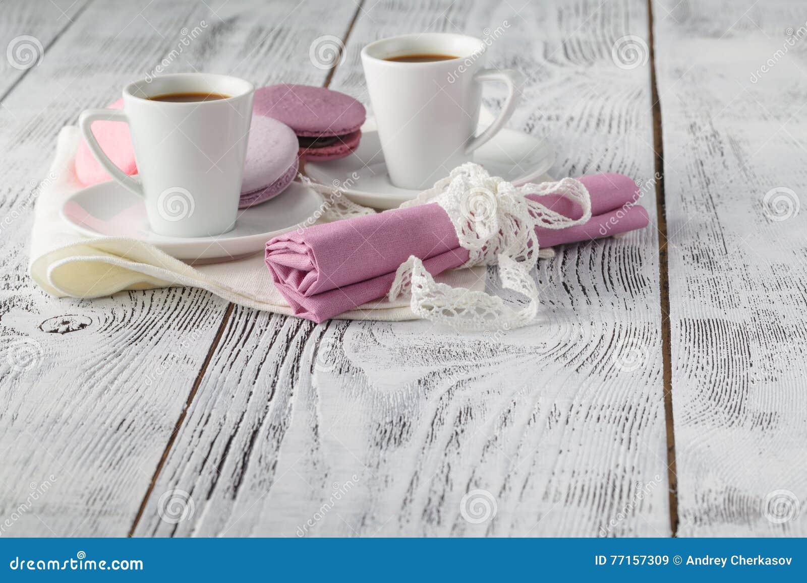 Deux tasses de café sur le fond blanc