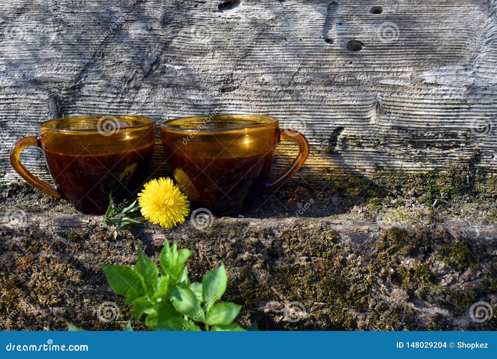 Deux tasses de caf? sur le mur en pierre avec le vieux fond en bois