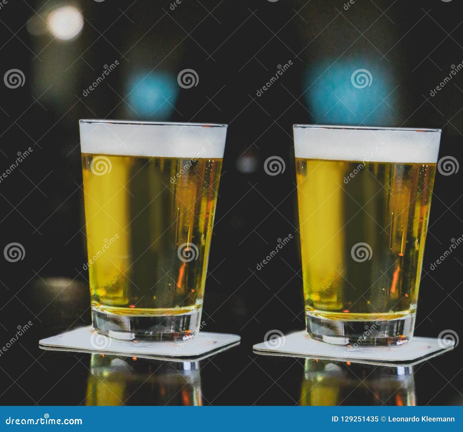 Deux tasses de Chopp sur la table