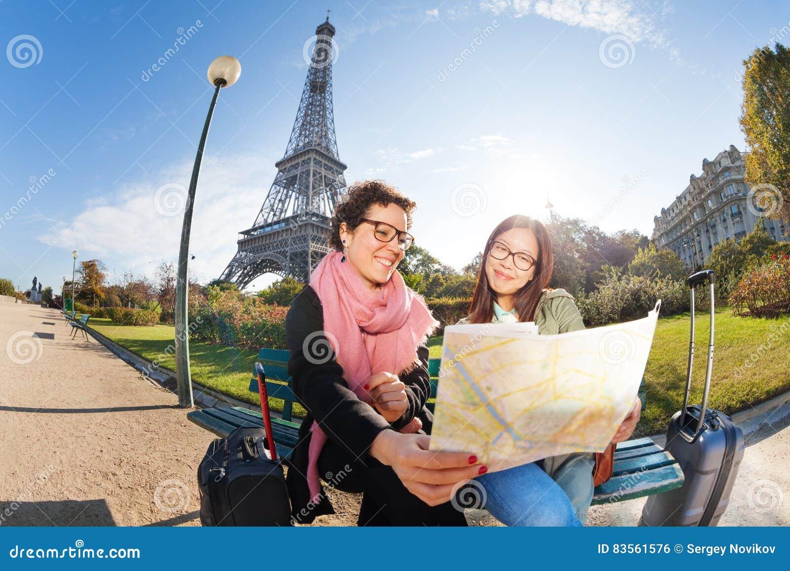 Deux touristes heureux regardant pour tracer sur l emplacement