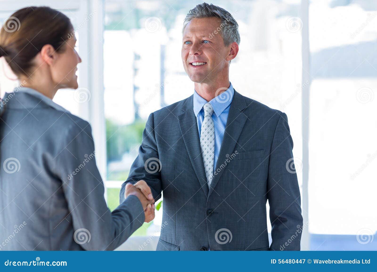 Deux travailleurs d affaires se serrent la main