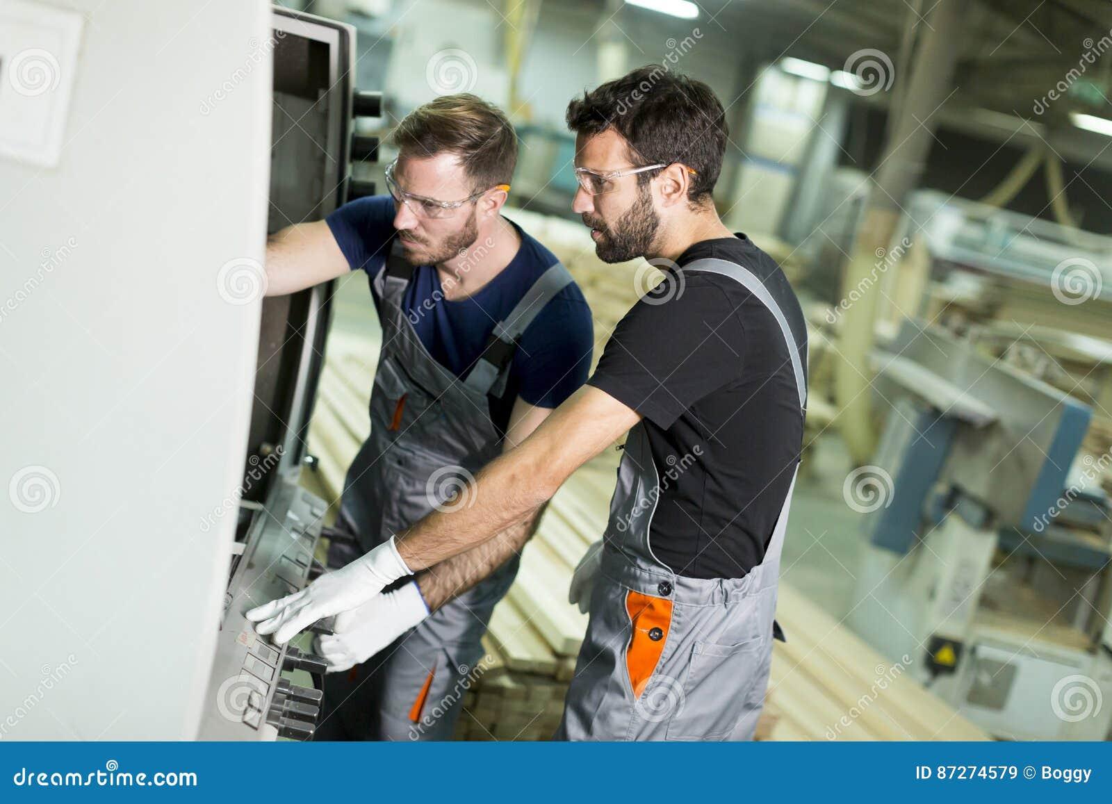 Deux travailleurs de sexe masculin travaillant dans l industrie du meuble