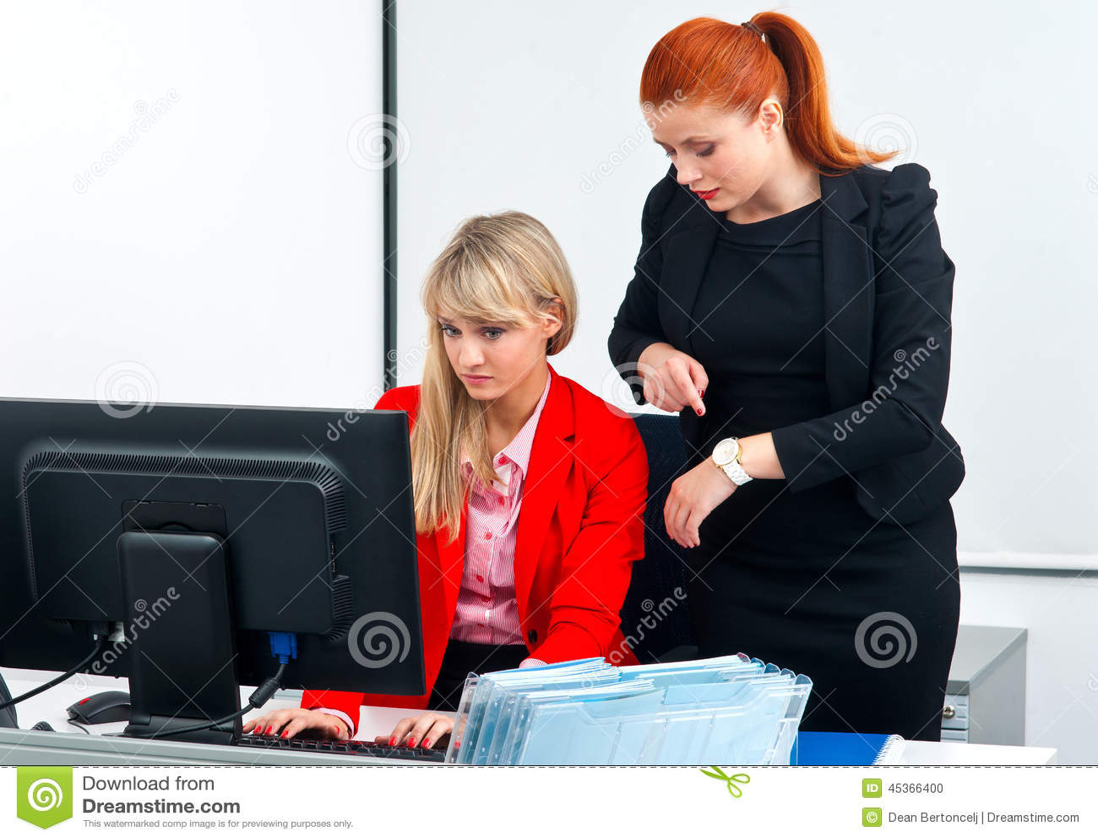 deux travailleurs nerveux de coll gue dans le bureau avec l 39 ordinateur photo stock image 45366400. Black Bedroom Furniture Sets. Home Design Ideas