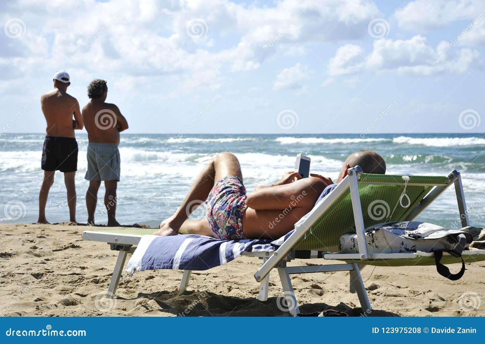 Deux types de contemplation de notre âge technologique Un homme simple contemple son smartphone tandis que deux amis contemplent