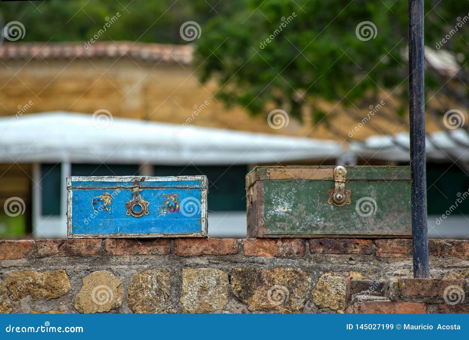 Deux valises de cru sur un mur