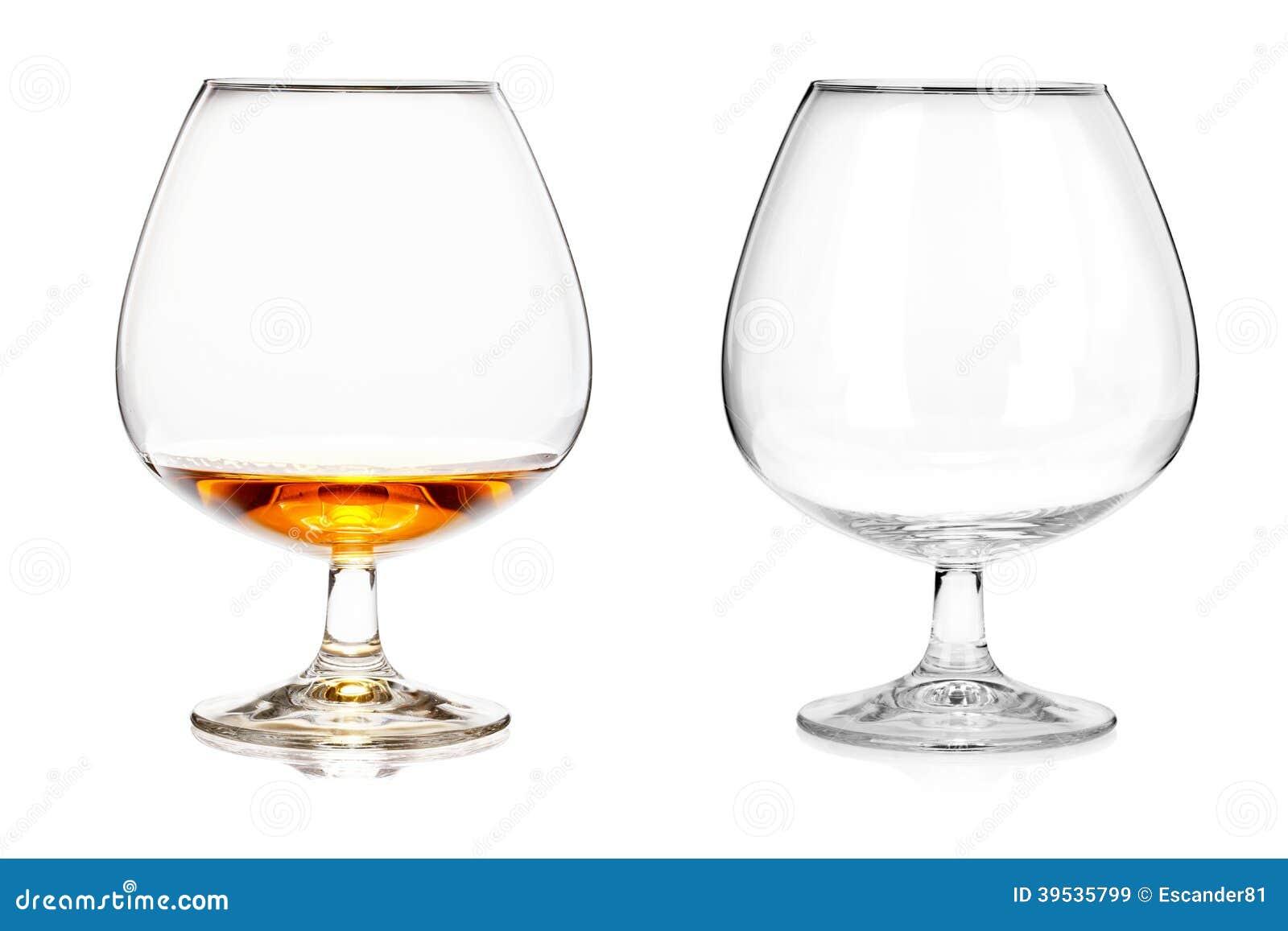 deux verres d 39 eau de vie fine videz et avec de l 39 alcool d 39 isolement sur le ba blanc photo. Black Bedroom Furniture Sets. Home Design Ideas