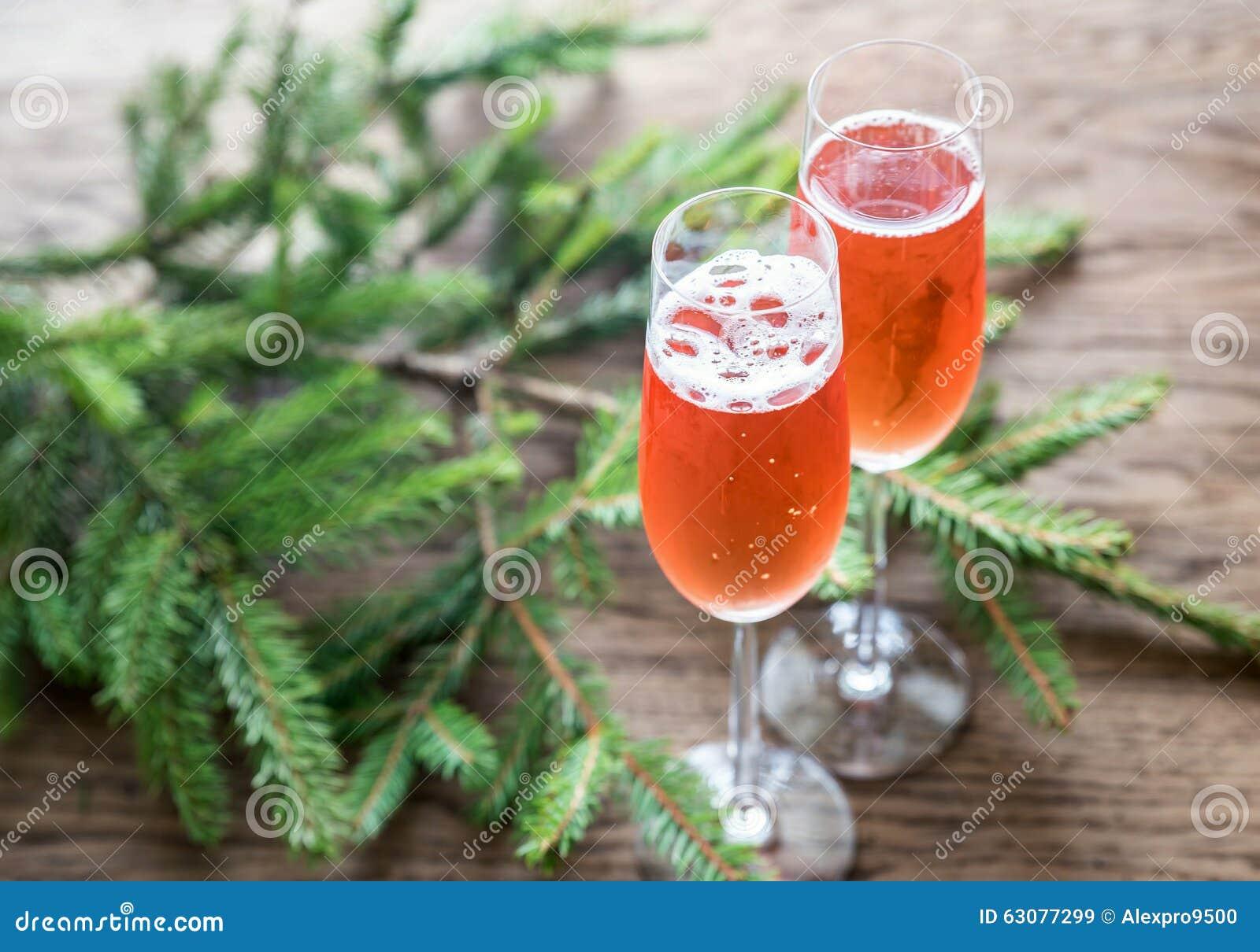 Download Deux Verres De Champagne Avec La Branche D'arbre De Noël Image stock - Image du sapins, branchement: 63077299