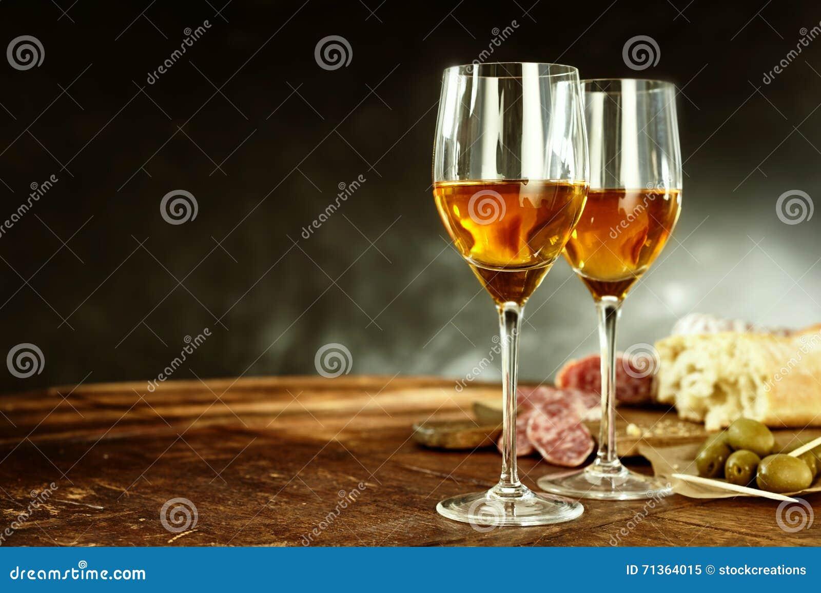Deux verres de xérès avec les tapas savoureux