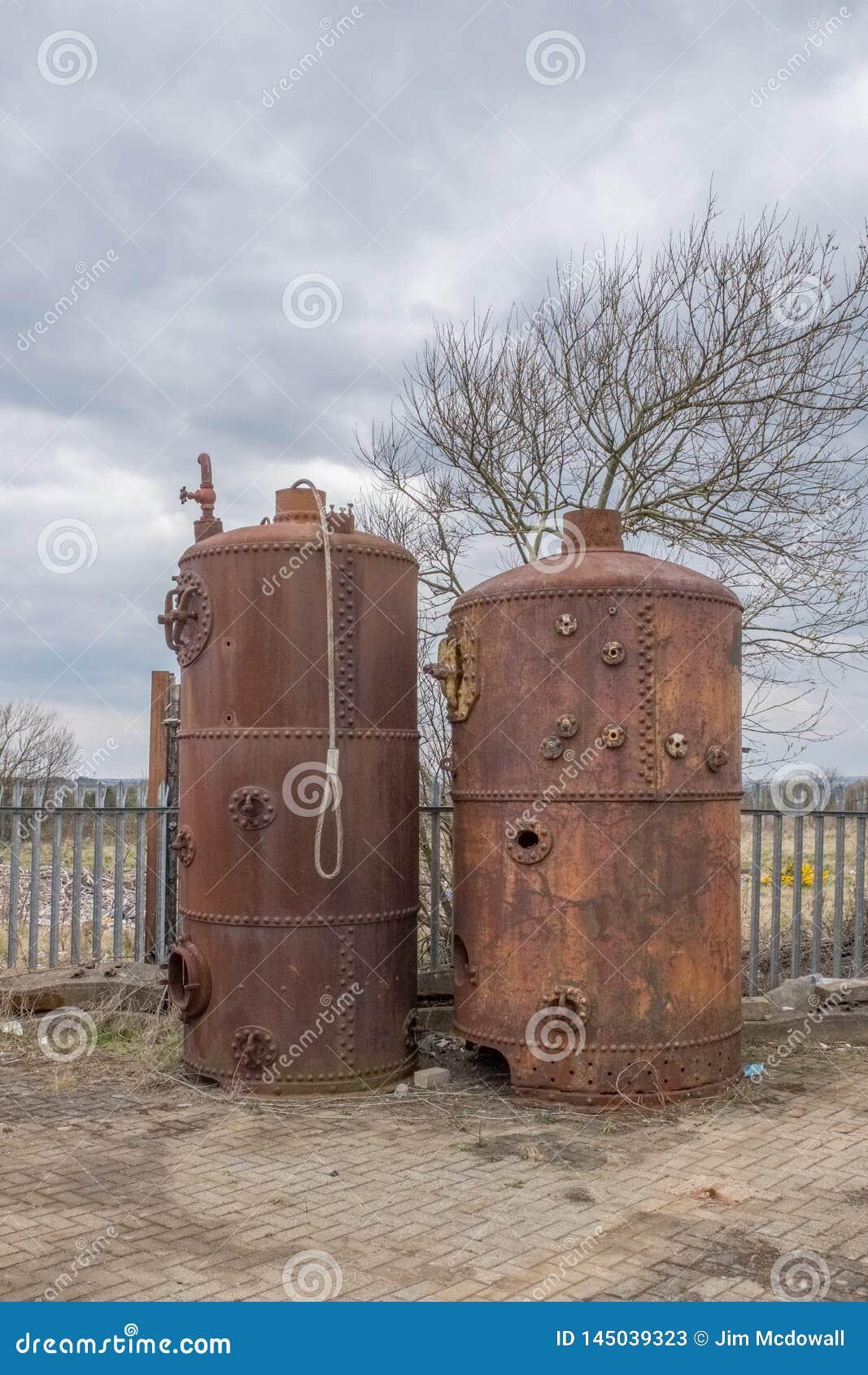 Deux vieilles chaudières se situant dans le port d Irvine de son passé de Maratime