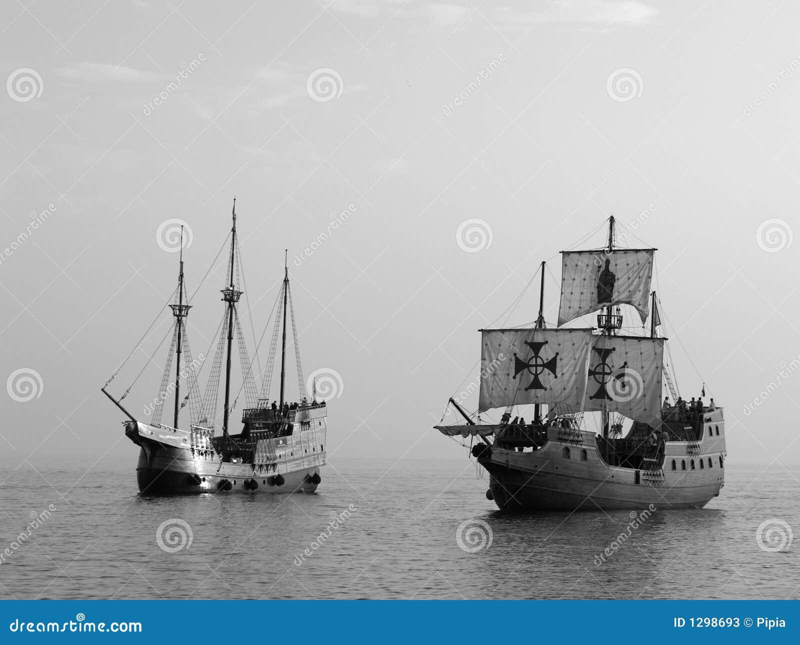 Deux vieux bateaux de bataille en mer