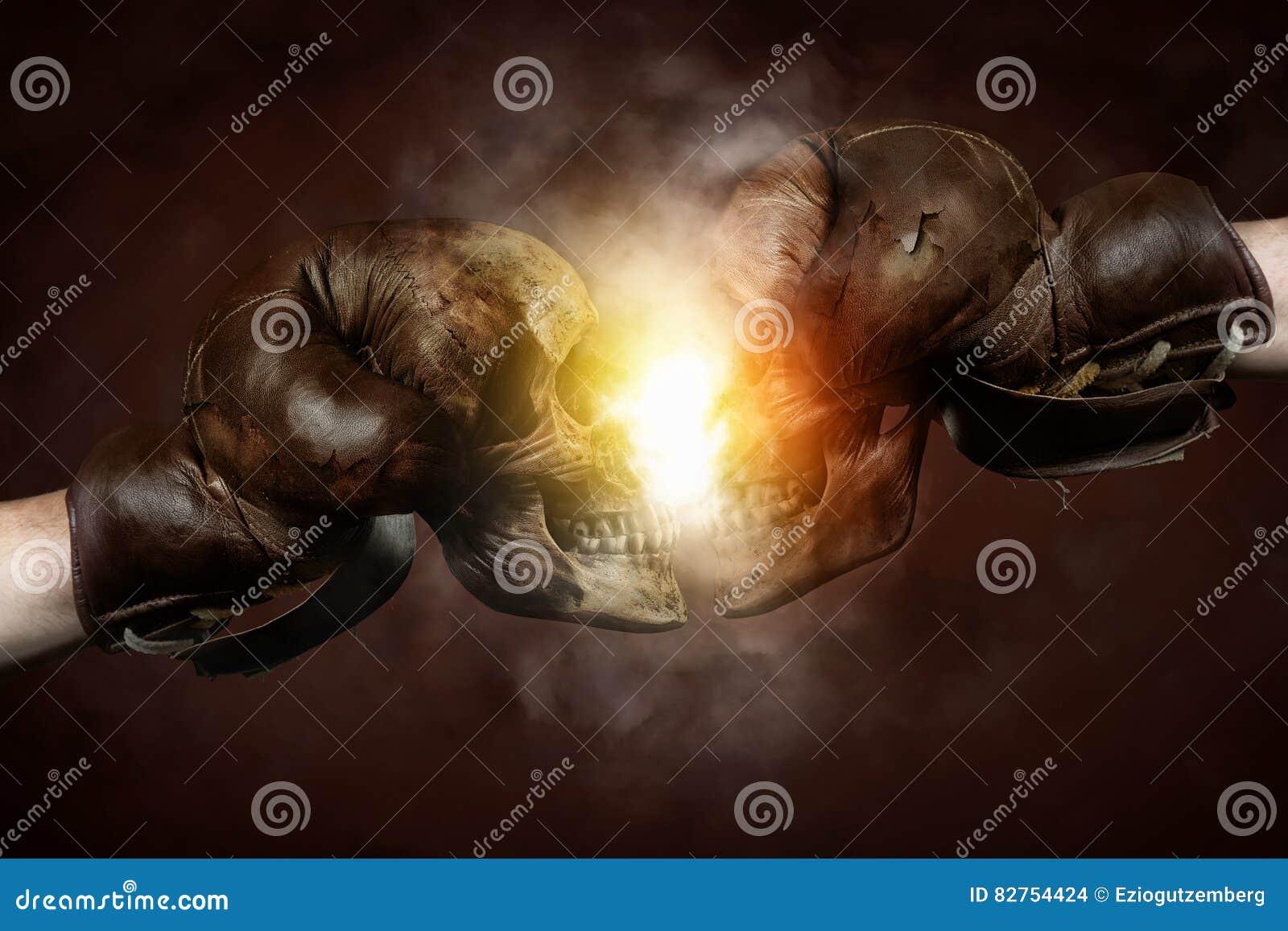 Deux vieux gants de boxe avec des crânes frappés ensemble