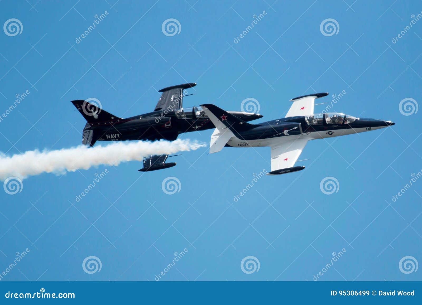 Deux vieux jets volant dans la formation à la pratique en matière de salon de l aéronautique