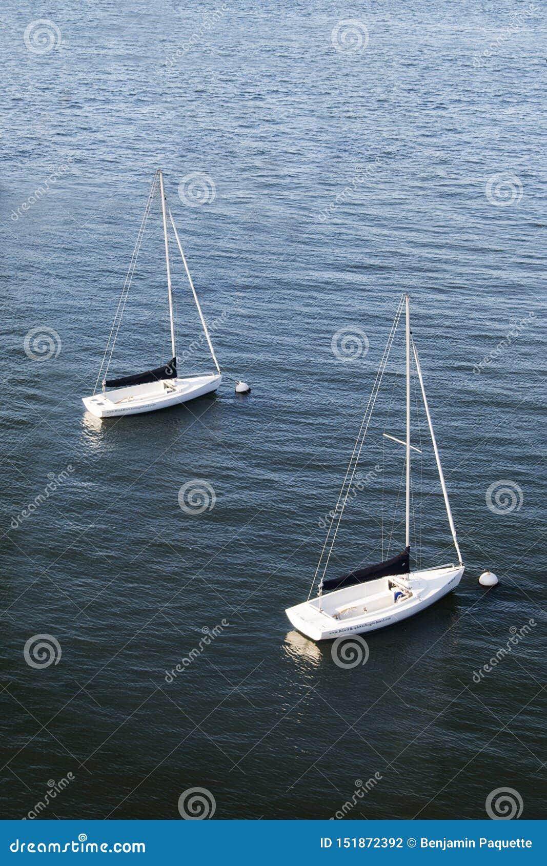 Deux voiliers flottant dans un port à Boston, le Massachusetts