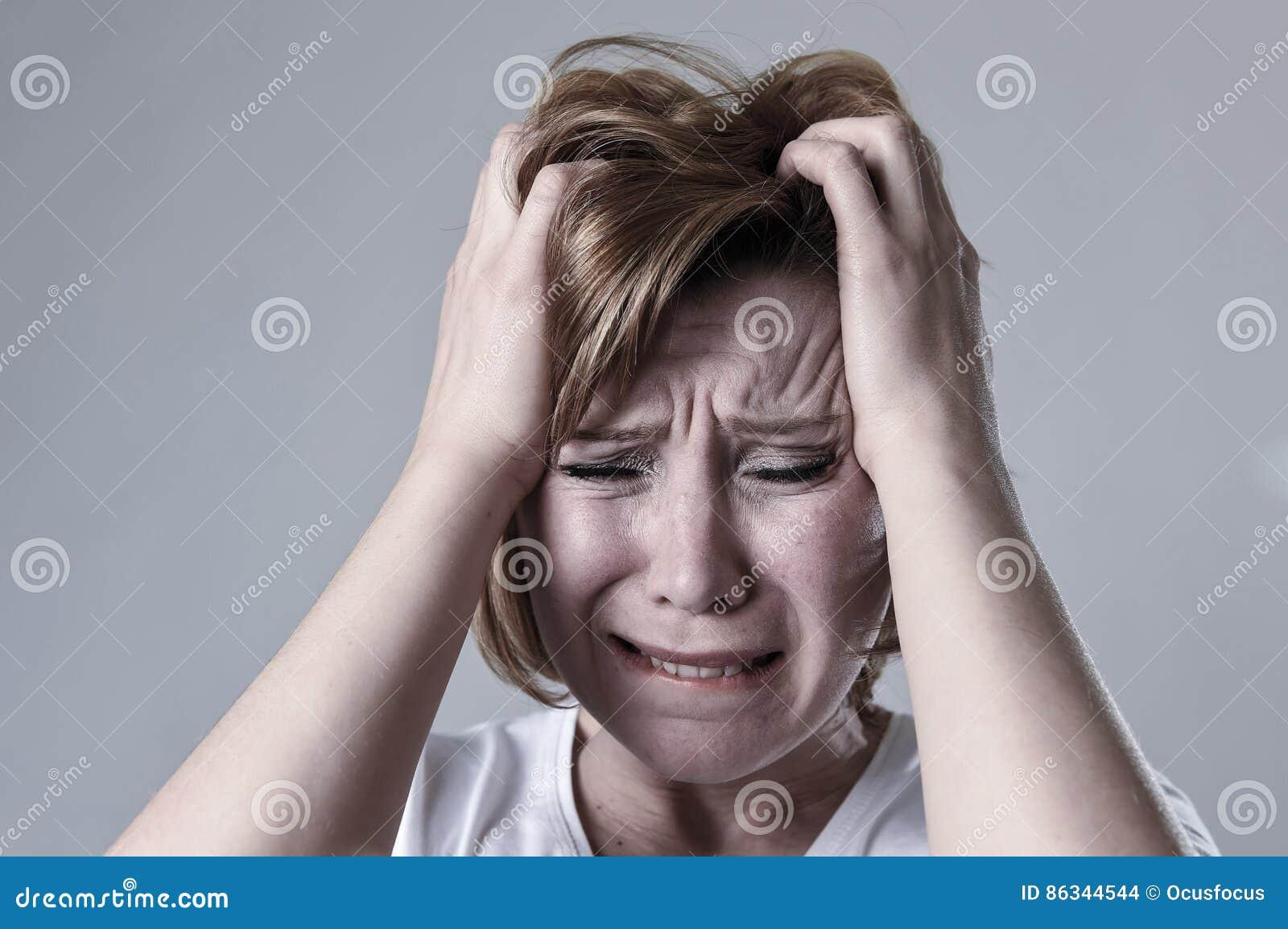 Devastated presionó la depresión sufridora lastimada gritadora de la sensación triste de la mujer en la emoción de la tristeza