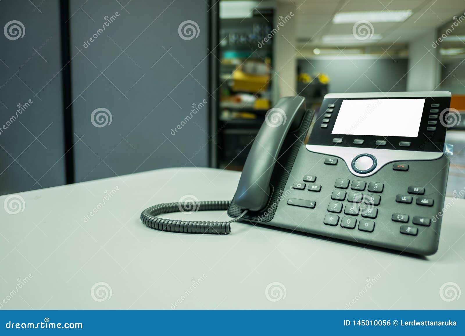 Deveice del teléfono del IP del primer en el escritorio de oficina