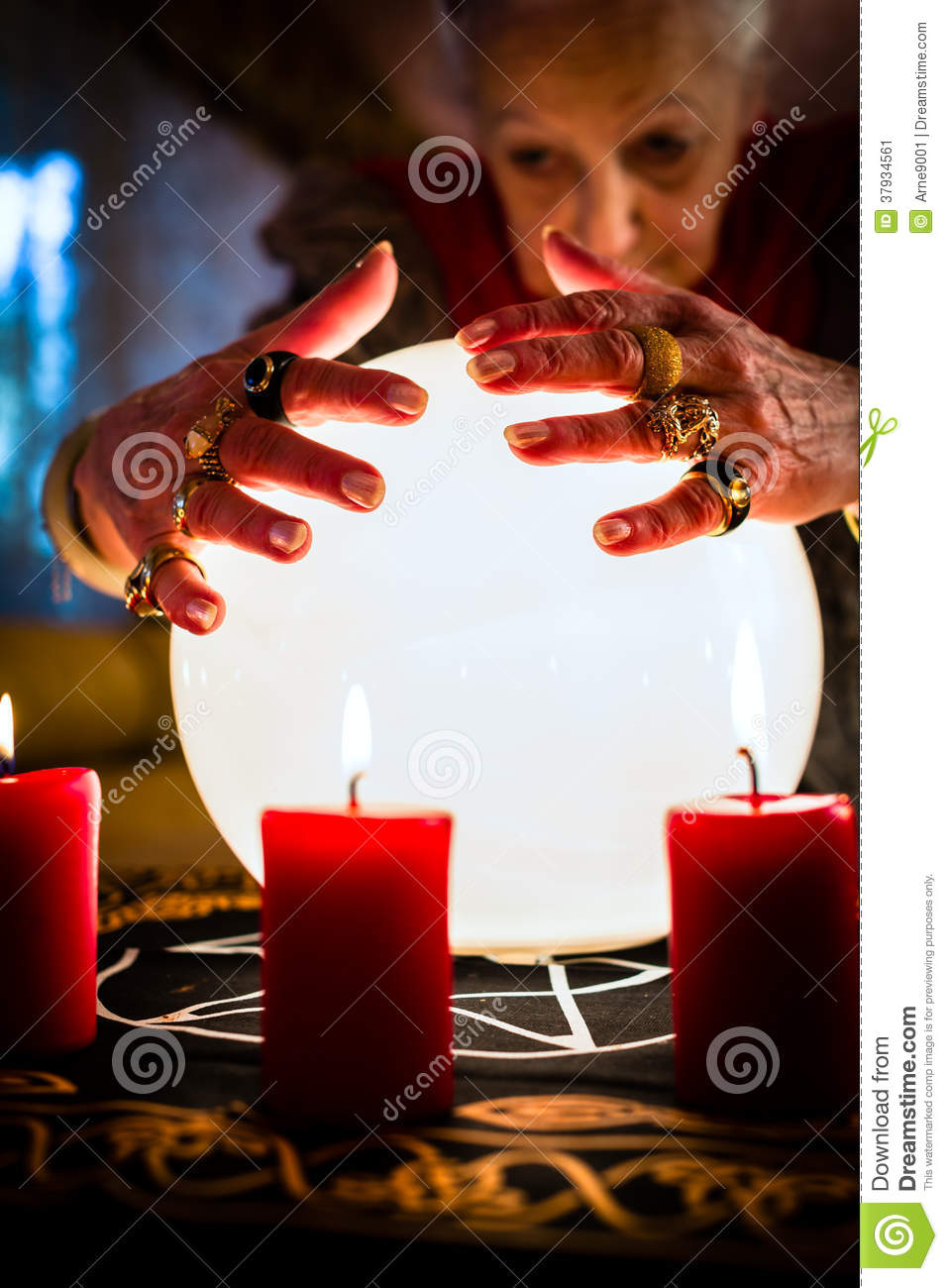 devin pendant un seance ou une session avec de la boule de cristal image stock image 37934561. Black Bedroom Furniture Sets. Home Design Ideas