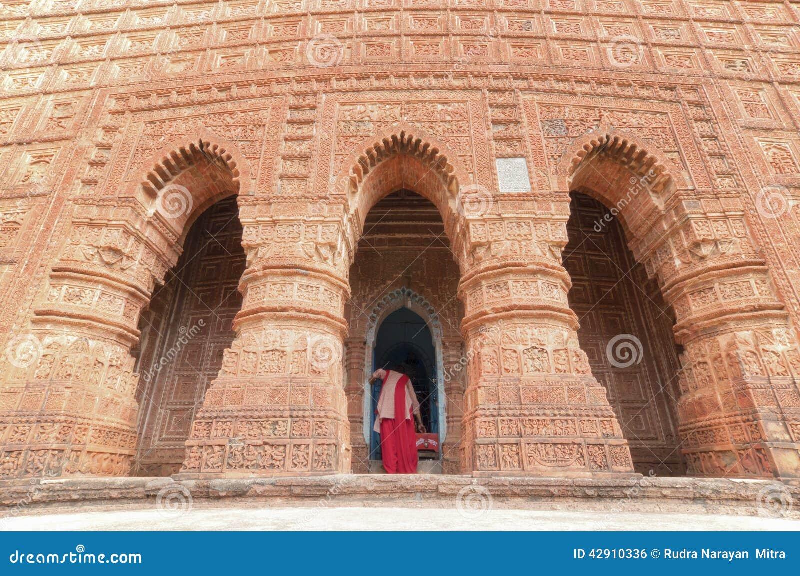 Devoto en el templo de Madanmohan, Bishnupur, la India