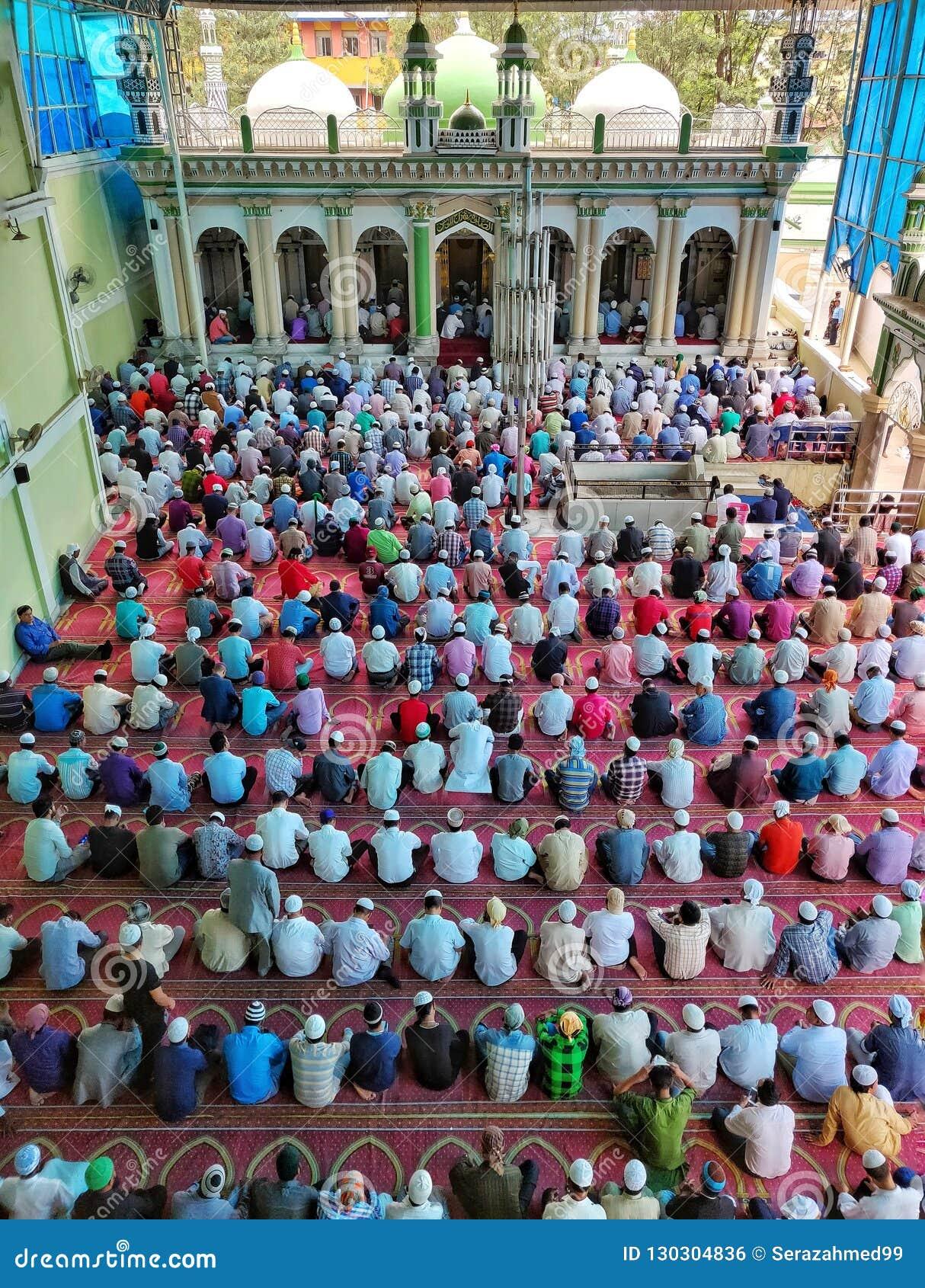 Devotos islámicos que ofrecen rezos