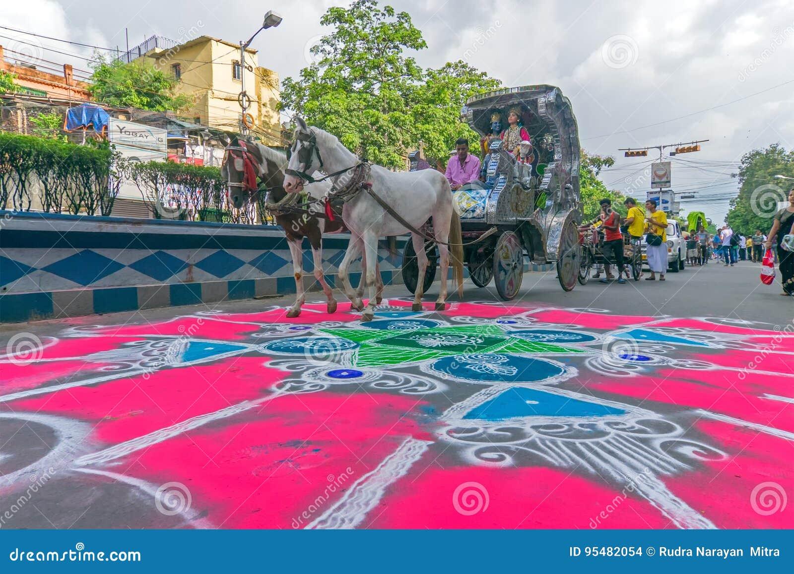 Dewotki coloured drogę w wigilię rath yatra w Kolkata mieście
