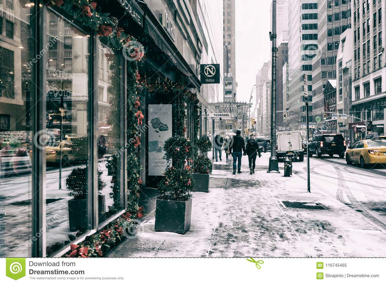 31 DEZ 2017 - NEW YORK/USA - People walking on the streets of New York to snow.