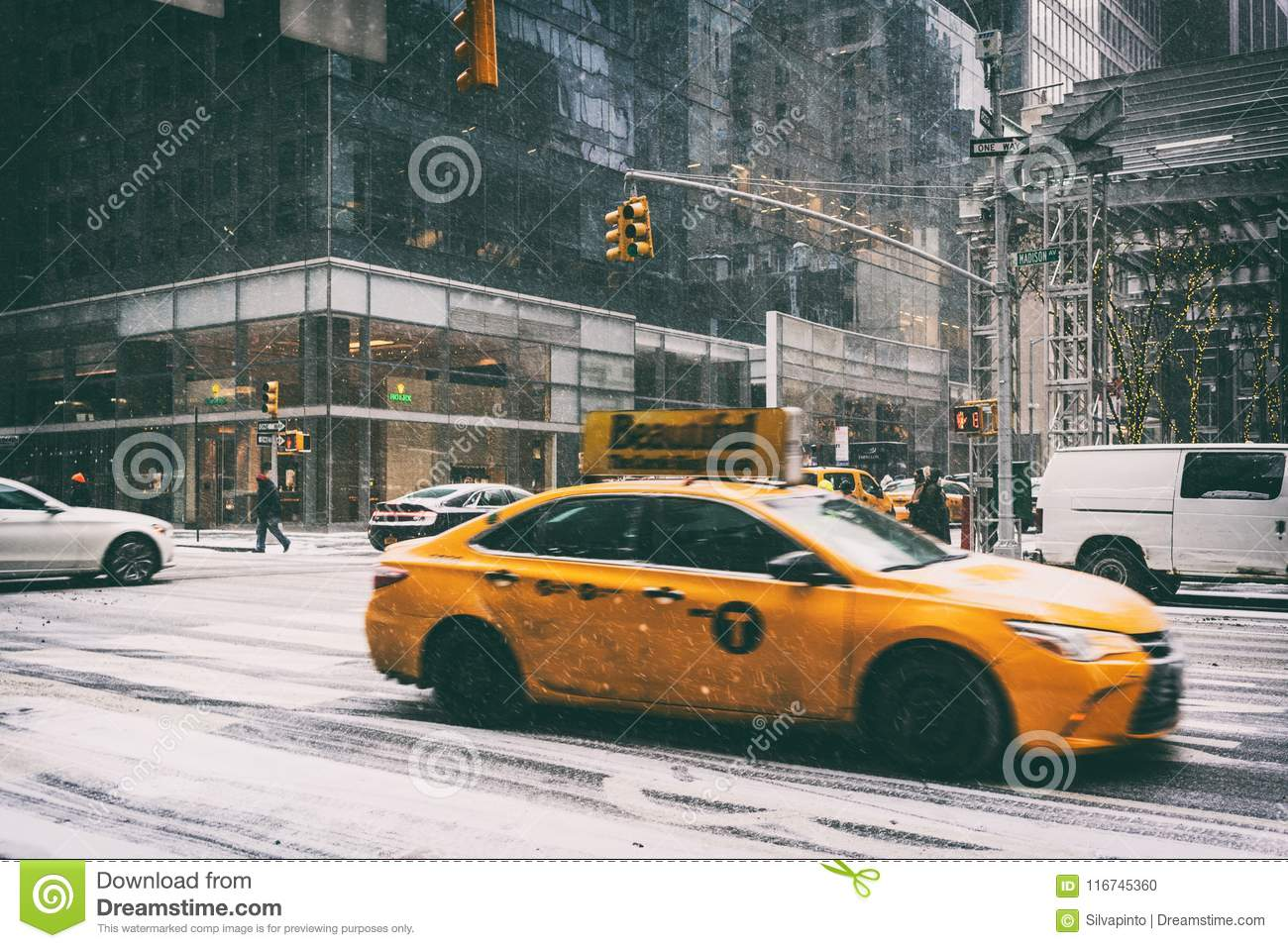 31 DEZ 2017 - NEW YORK/USA - Taxi on the streets of New York with snow.