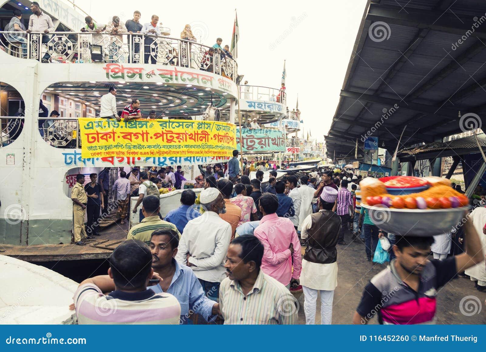 Dhaka, Bangladesch, am 24. Februar 2017: Bunte hastige Geschäftigkeit am Sadarghat-Pier in Dhaka