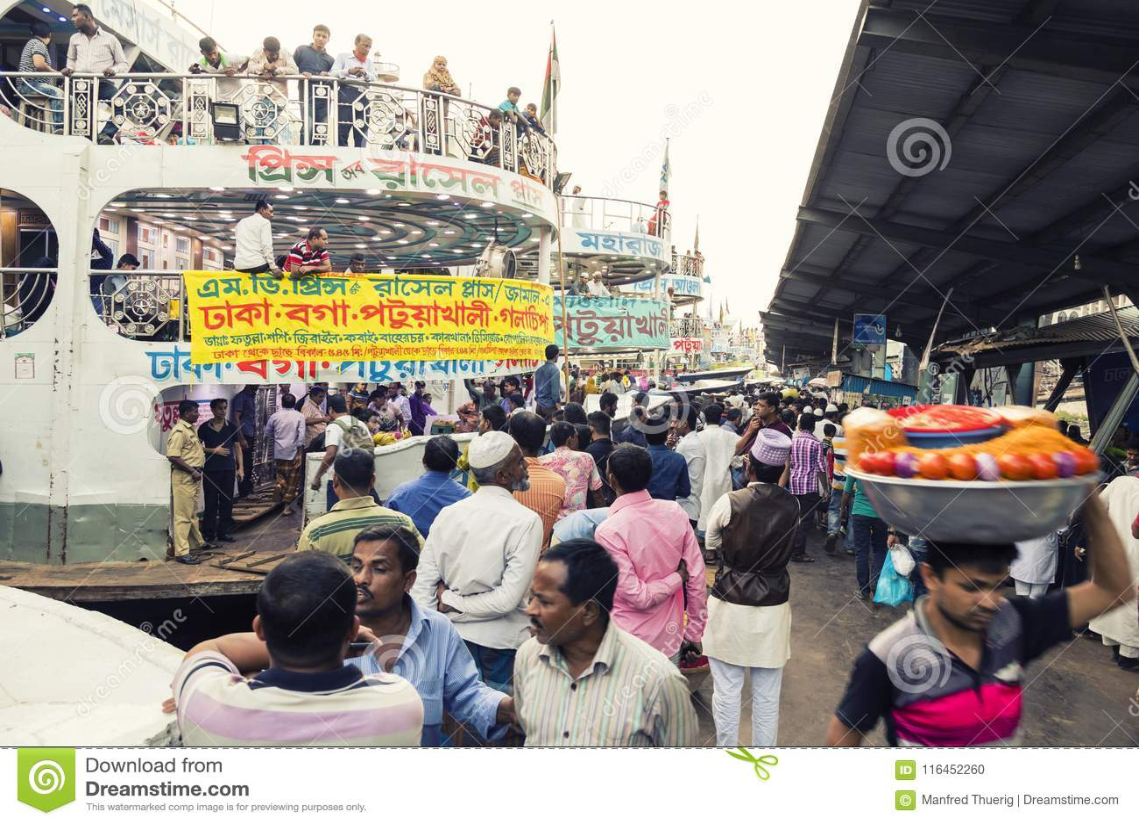Dhaka, Bangladesh, 24 Februari 2017: Kleurrijke drukte bij de Sadarghat-Pijler in Dhaka