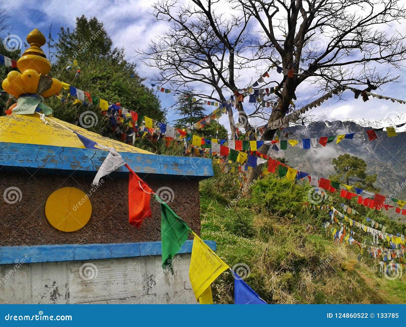 Dharamshala, Mcleodganj, Himachal Pradeh/India - 20 05 2018: Blisko Dalai lama świątyni Kolorowe buddysta flaga z mantrami