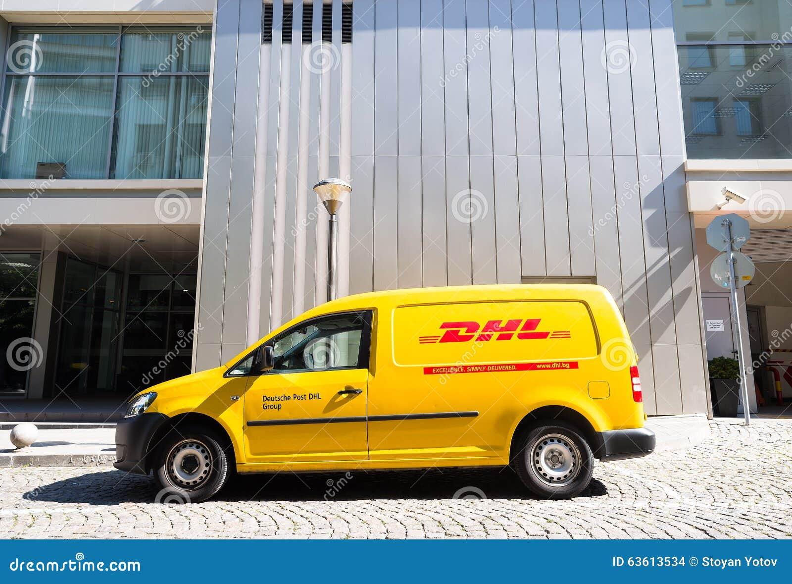 Dhl Lieferungsauto Während Des Services Redaktionelles Stockbild