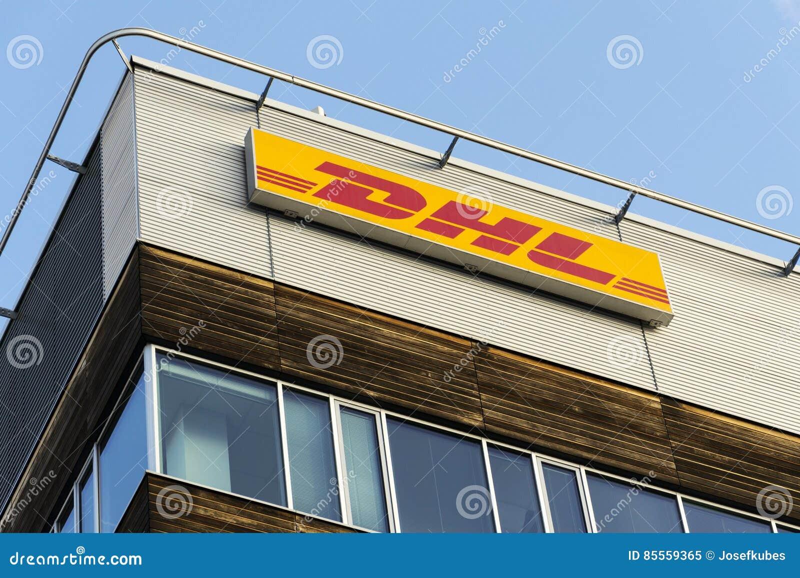 DHL-Logistikunternehmenlogo auf den Hauptsitzen, die am 5. Februar 2017 in Prag, Tschechische Republik errichten