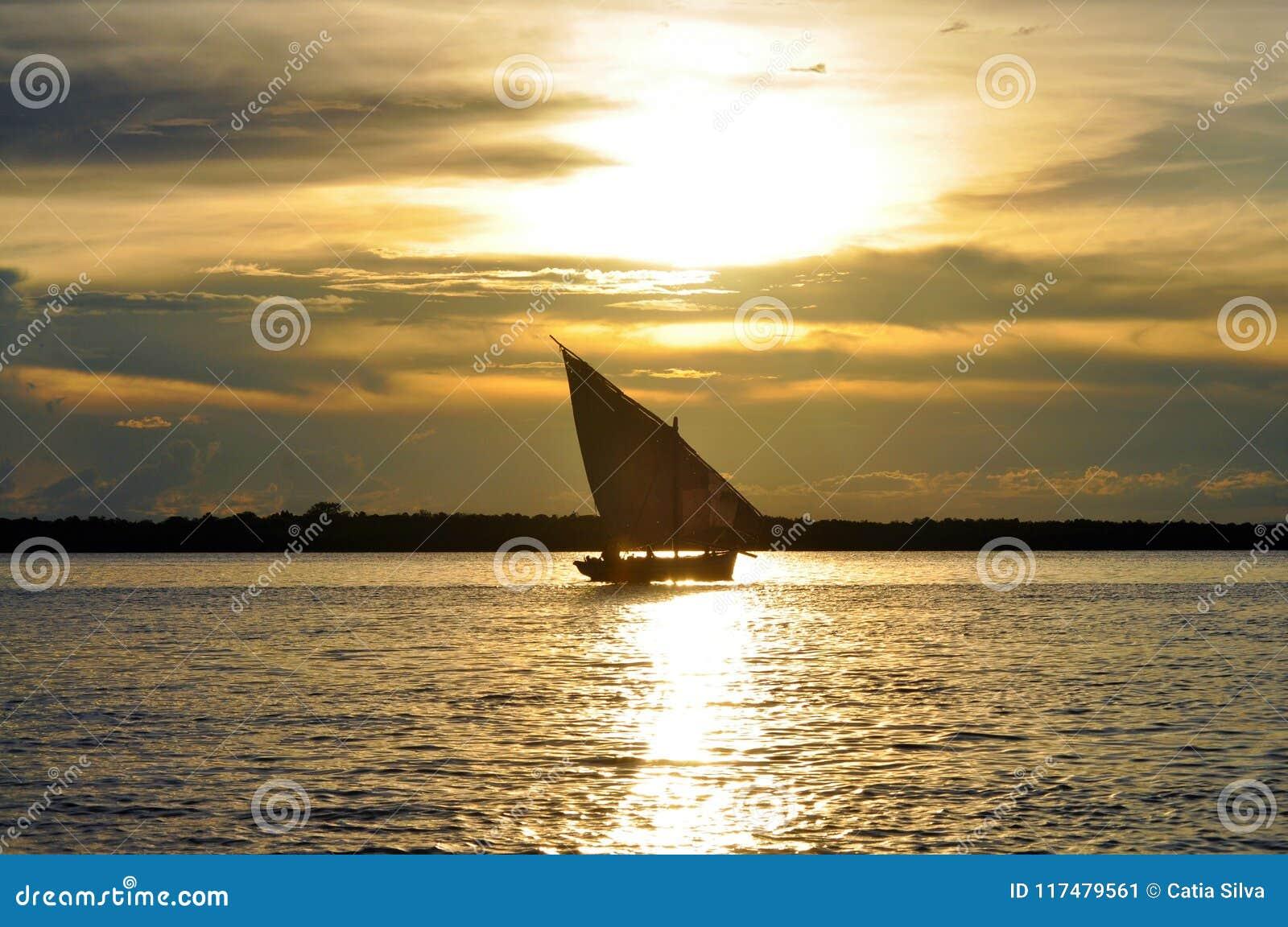 Dhow żaglówka przy Ibo wyspą