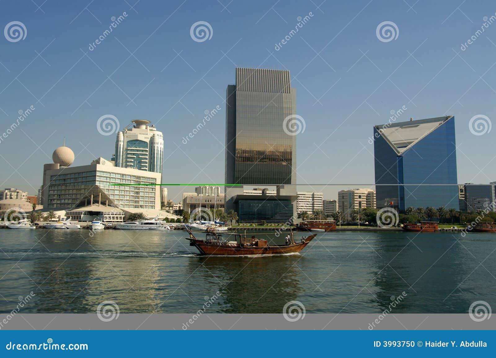 Dhow que cruza em Dubai Creek