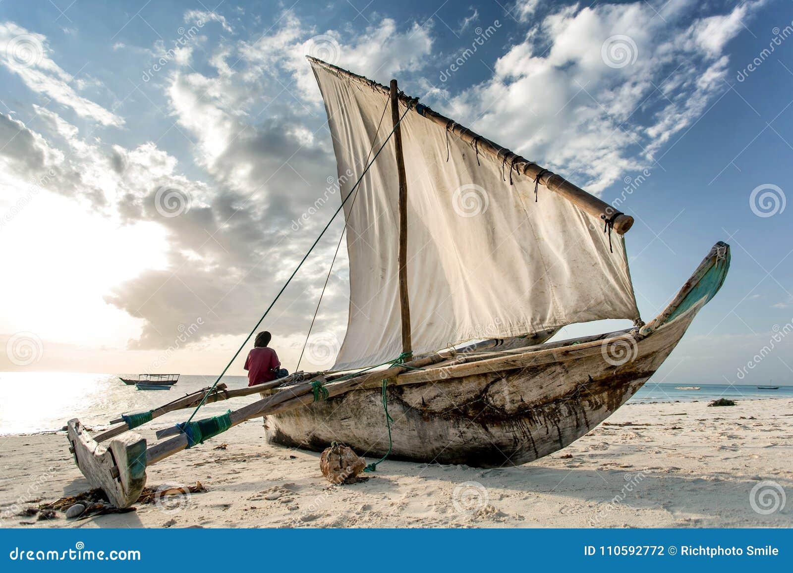 Dhow sulla spiaggia sull isola di Zanzibar, Tanzania