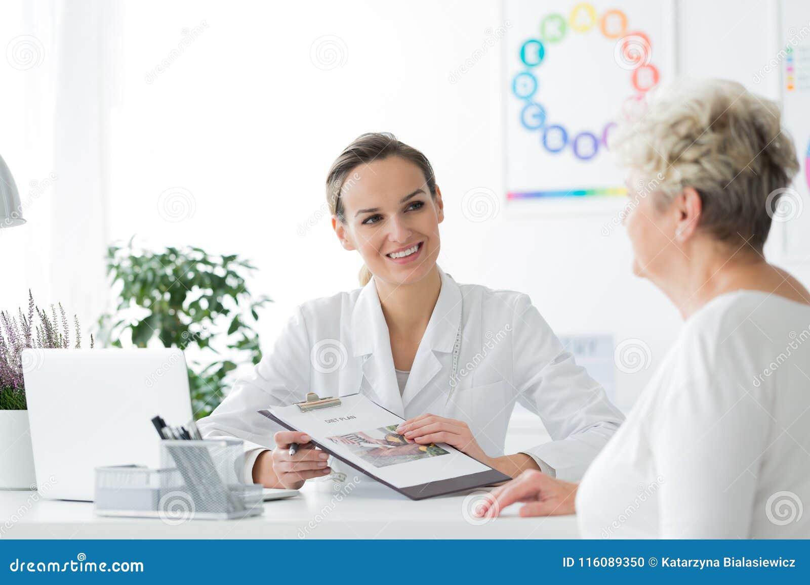 Diététicien de sourire avec son patient
