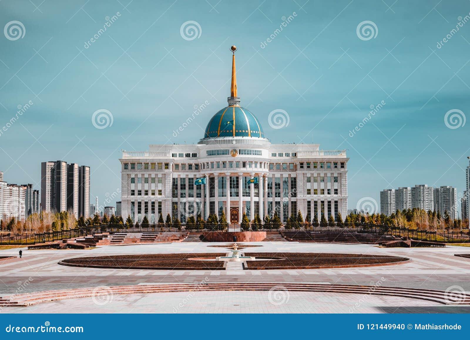 ` Di Ak-Orda del ` del palazzo presidenziale con cielo blu attraverso il fiume a Astana, il Kazakistan