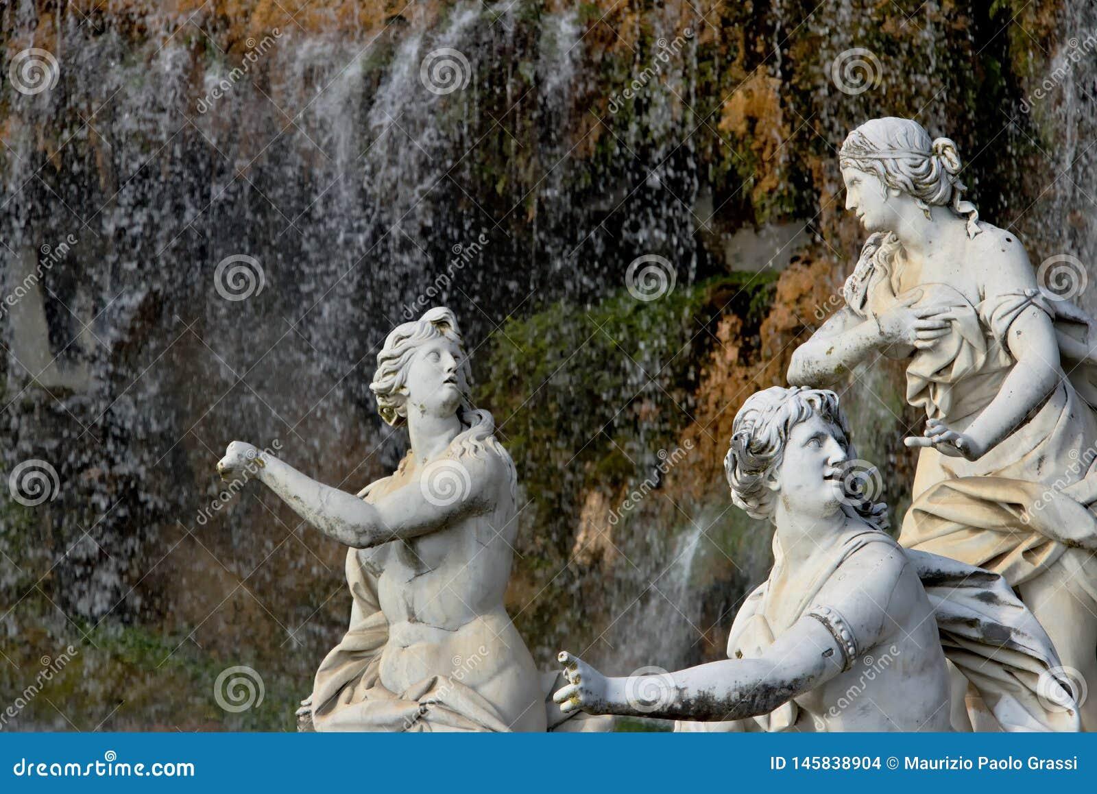 Di Caserta, Ιταλία Reggia 10/27/2018 Άσπρα μαρμάρινα γλυπτά κάτω από τον καταρράκτη νερού