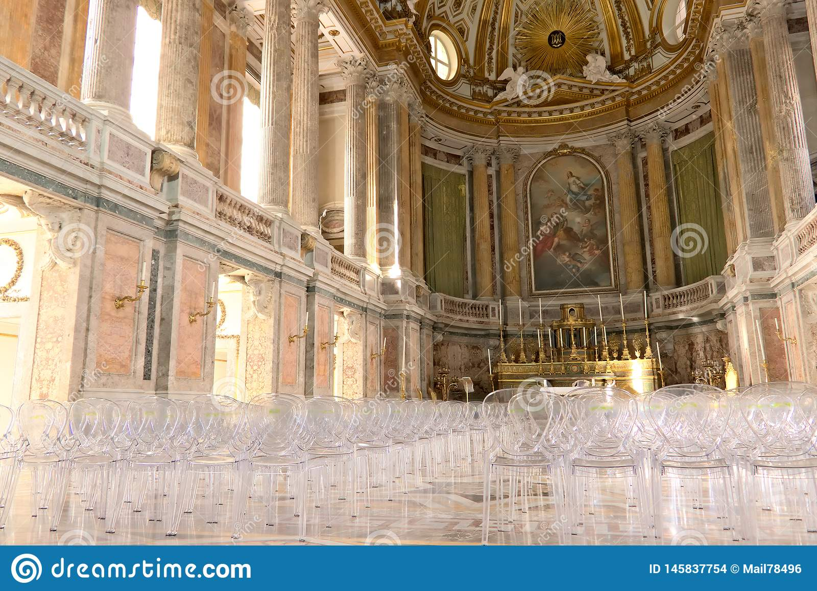 Di Caserta, Ιταλία Reggia 10/27/2018 Εσωτερικό του παρεκκλησιού μέσα στο παλάτι Σύγχρονες καρέκλες πλεξιγκλάς