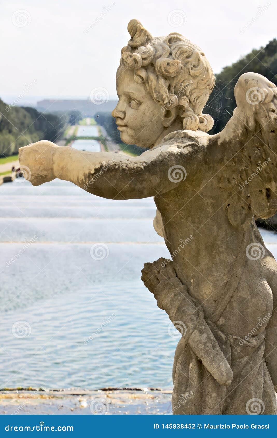 Di Caserta, Italia de Reggia 10/27/2018 Esculturas en el m?rmol blanco como decoraci?n de las fuentes