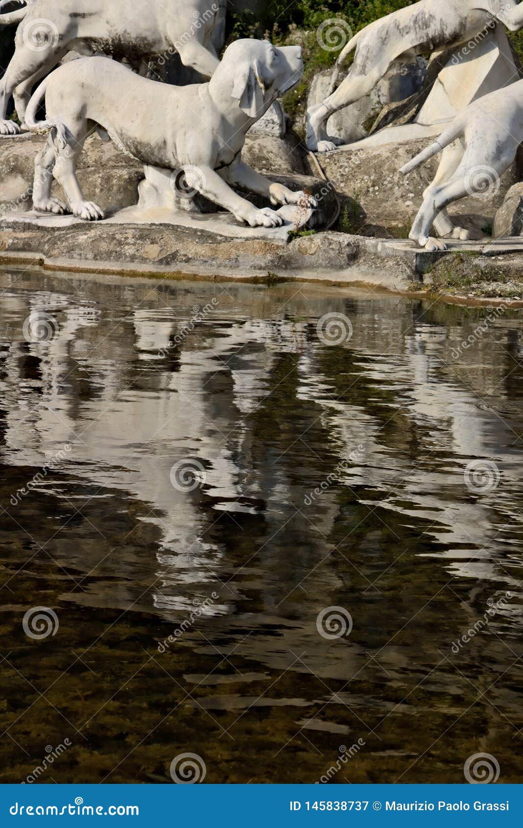 Di Caserta, Italia de Reggia 10/27/2018 Fuente monumental con las esculturas en el mármol blanco