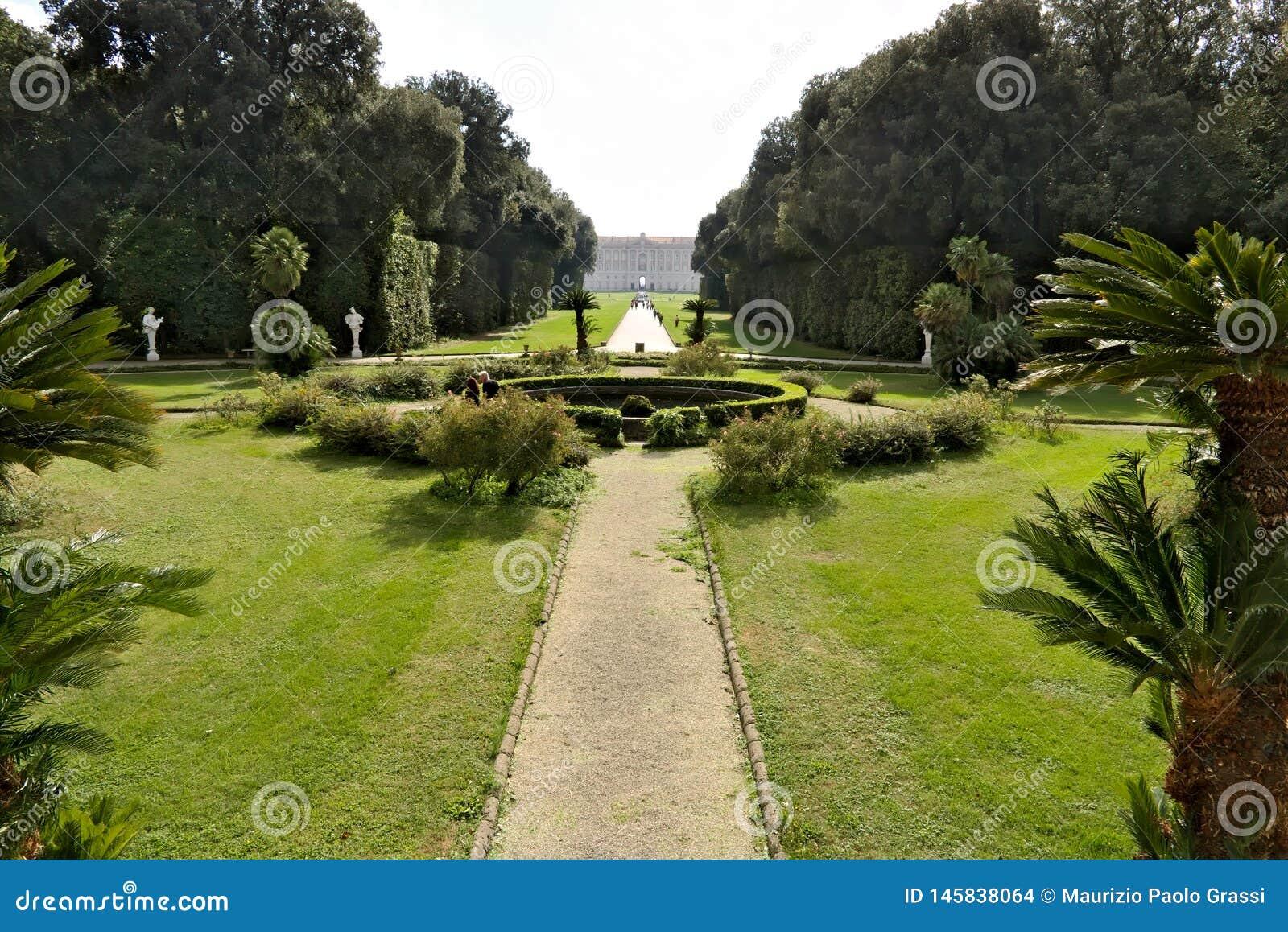 Di Caserta, Italia de Reggia 10/27/2018 Parque del palacio real El diseño de una piscina circular rodeada por un césped verde