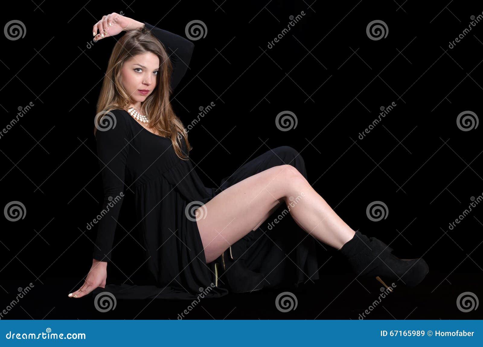 Di giovane donna di usura vestito e collana dal nero lungamente