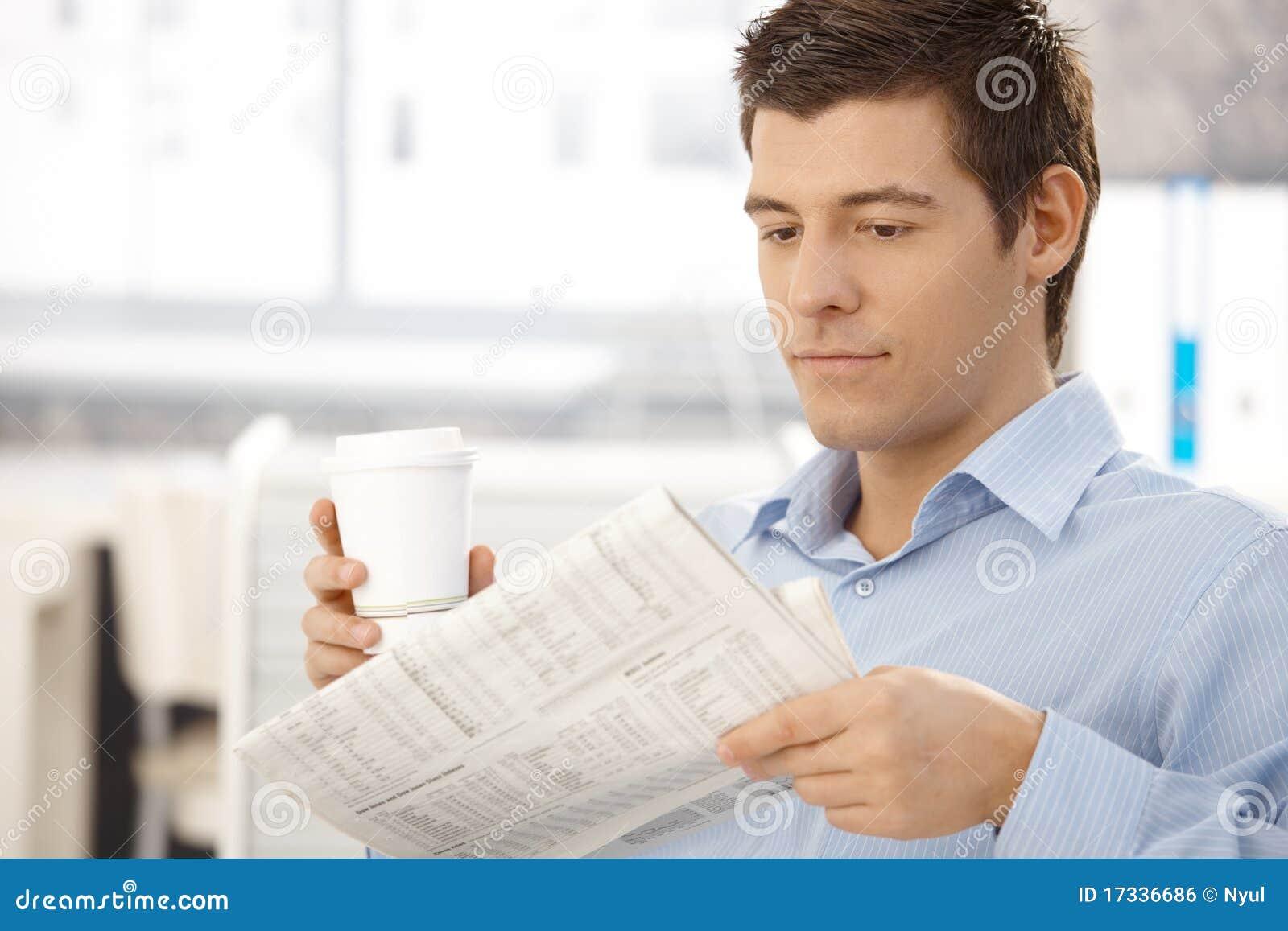 Di impiegato sui documenti della lettura della rottura con caffè