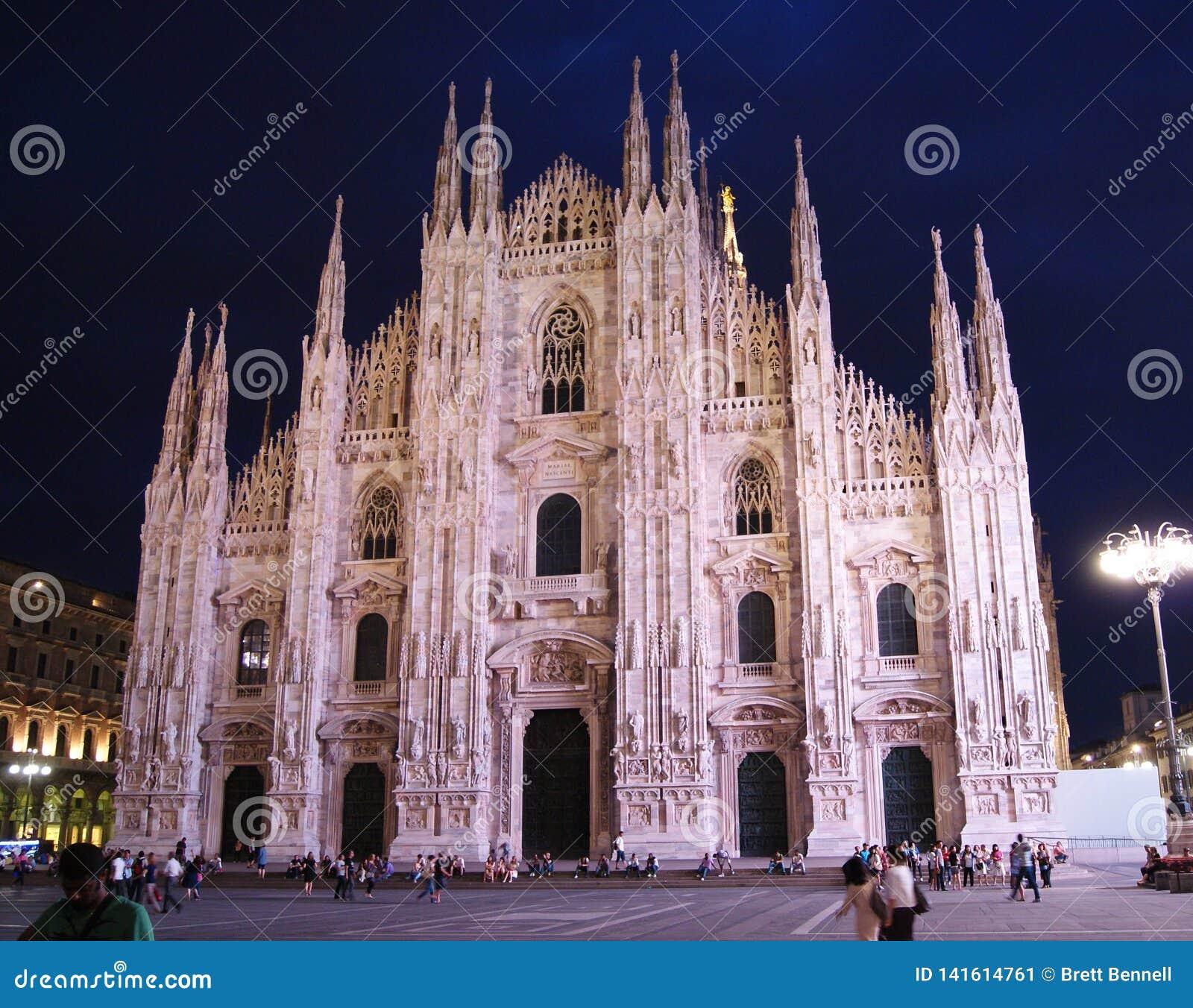 Di Milano del duomo alla notte