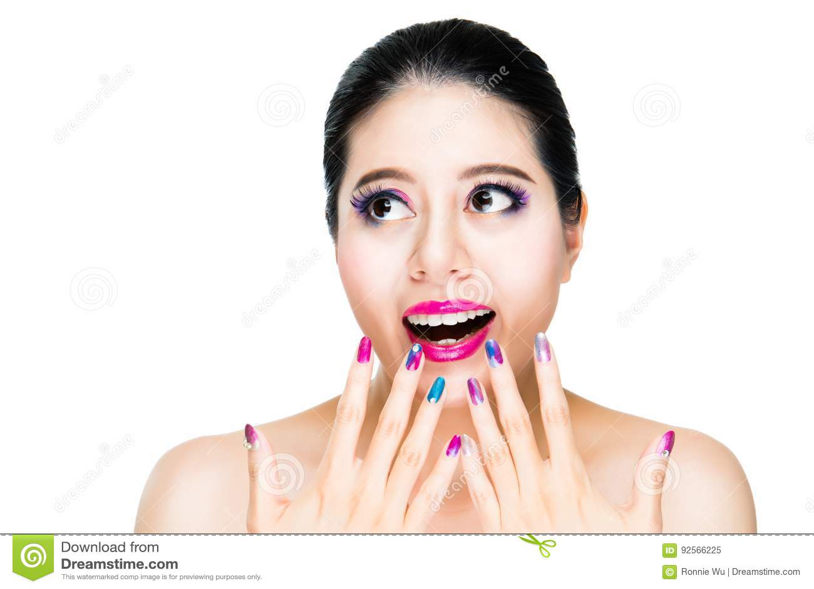 Di modello femminili emozionanti gli mostrano i chiodi di colore di pendenza