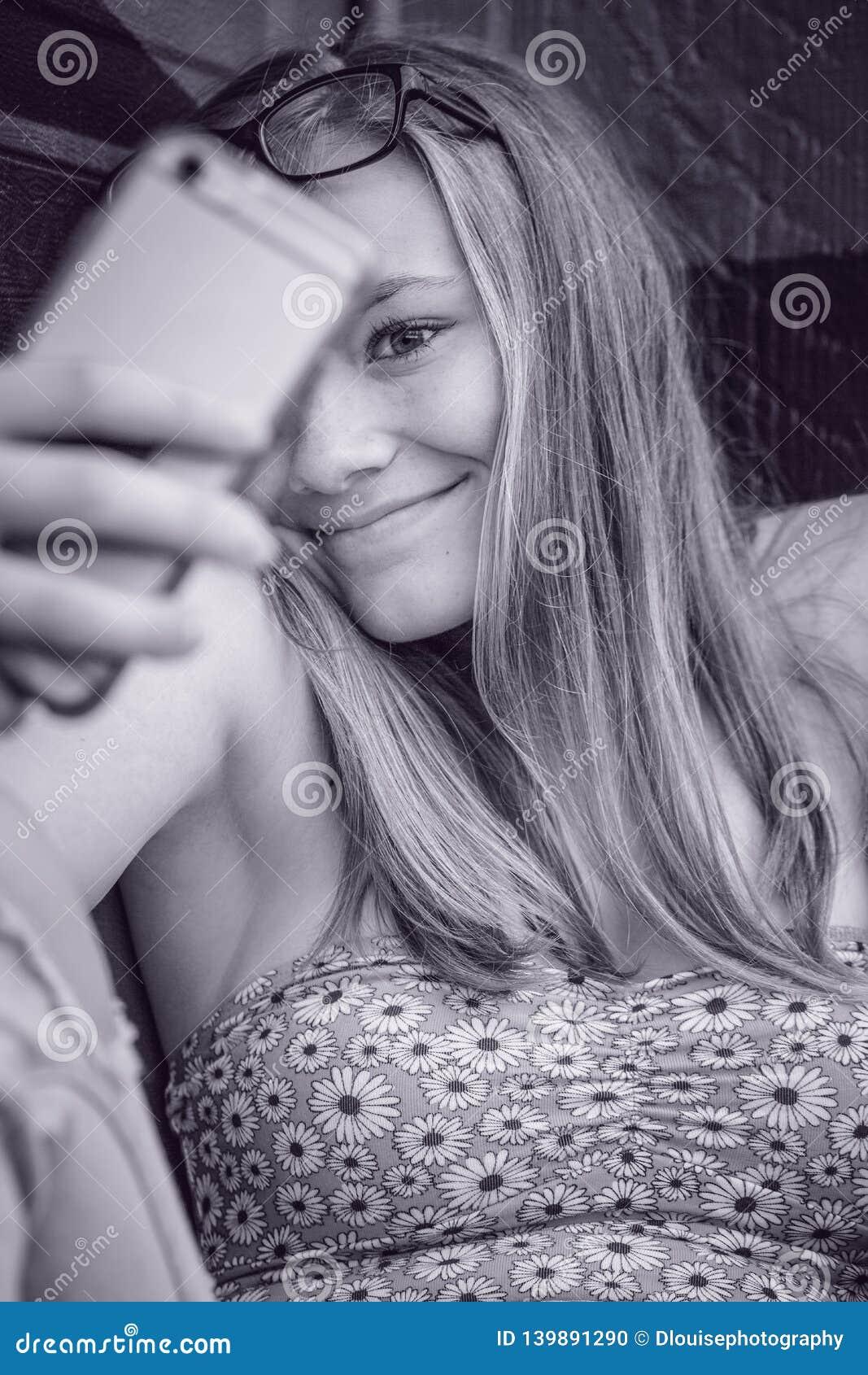 Di modello prendendo un selfi del telefono cellulare