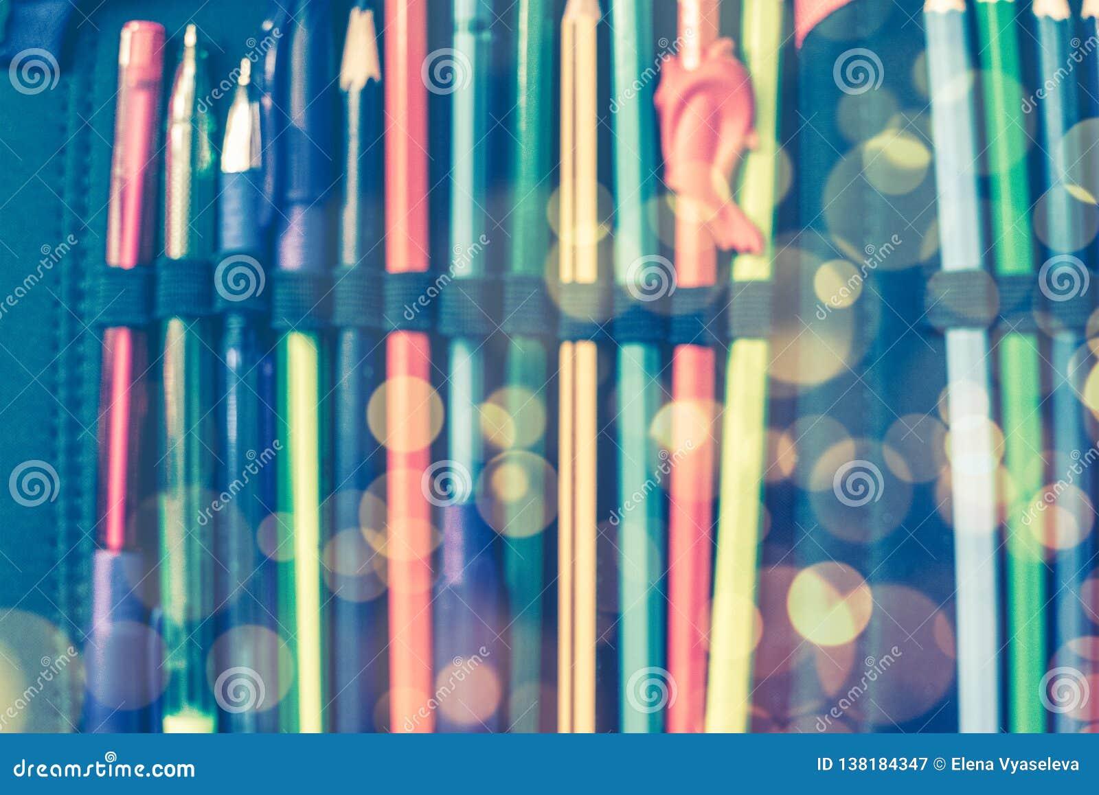 Di nuovo al concep della scuola fondo vago: astuccio per le matite aperto della scuola del primo piano con le penne e matite con